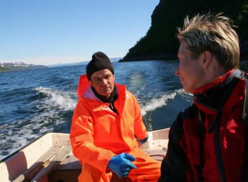 Stine Barlindhaug bruker blant annet intervjuer med lokalbefolkninga som grunnlag når nye kart skal lages. Her kjører hun båt sammen med Viggo Larsen i Vestertana for å se på gamle boplassområder langs fjorden. (Foto: Bjørg Pettersen, NIKU)