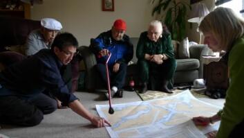 Stine Barlindhaug tar i bruk kunnskap hun blant annet har tilegnet seg i Canada. Her er hun sammen med medlemmer av Tlowitsis First Nation som tradisjonelt har hatt sitt område i den nordøstlige delen av Vancouver Island og øyene innenfor, men som ufrivillig har vært fordrevet herfra siden tidlig på 1960-tallet. (Foto: Jon Corbett, University of British Colombia)