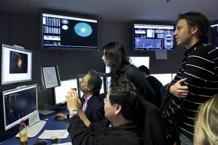"""""""Forskerne ved en av de fire detektorene, CMS, titter på registreringene av kollisjonenei midten av desemberi fjor. (Foto: CERN)"""""""