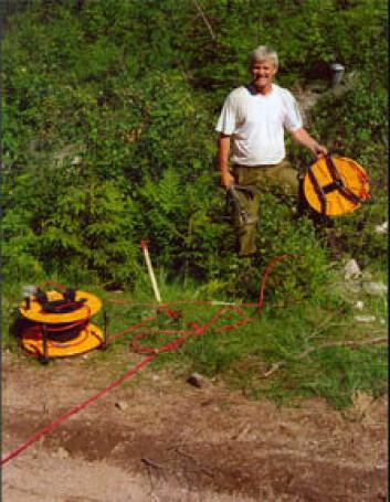 NGUs Einar Dalsegg strekker ut kabler i lange profiler på bakken for å måle den elektriske motstanden i fjell og kvikkleire.