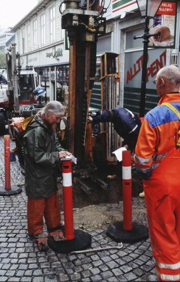 Ved torget i Stavanger resulterte boringen i 4,5 meter med organisk materiale, deriblant mose - som i forhistorien ble anvendt som dopapir.