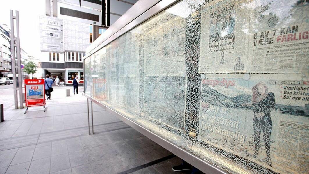 Bombeeksplosjonen i regjeringskvartalet knuste VGs glassmonter med dagens avis. Fortsatt henger avisen fra 22. juli 2011 bak det knuste glasset.