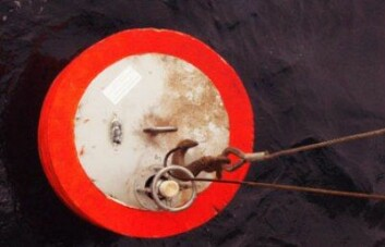 Strømbøye heises opp av sjøen etter et års datainnsamling. (Foto: Vidar S. Lien)