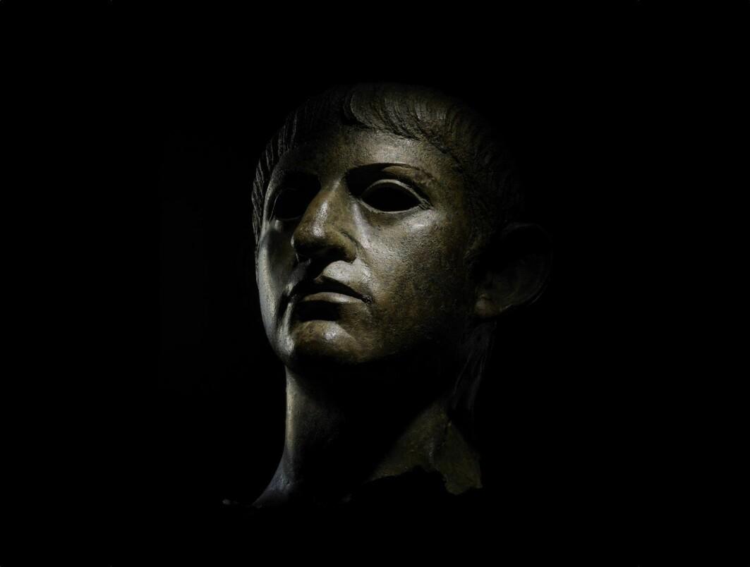 Han blir presentert som et monster og en blodtørstig tyrann. Kristne har pekt ham ut som selve antikrist. Er det den sanne historien? Dette bronsehodet av Nero ble funnet i England.