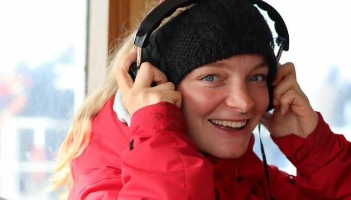 Saskia Cathrin Martin som lytter til lyder fra hvaler fra en undervannsmikrofon, eller hydrofon som det egentlig heter.