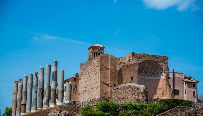 Domus Aurea var et storslagent palasskompleks som keiser Nero lot bygge i hjertet av det gamle Roma, nettopp der byen hadde brent i år 64. Slik bidro den unge mannen selv til fortellingen om at han sto bak brannen. Etter Neros død ble ikke palasset fullført av senere keisere. I stedet ble marmor og annen utsmykning fjernet og bygget fylt igjen med jord. På toppen bygde keiser Trajan sitt badeanlegg som du ser på bildet.