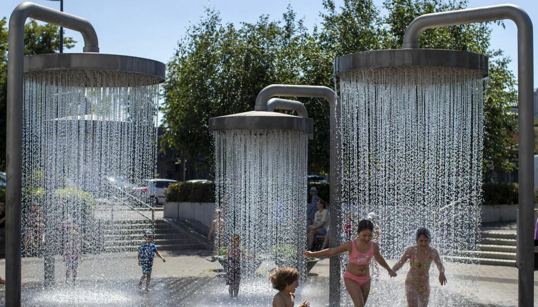 En fontene i Litauen ble en kjærkommen mulighet til å få en avkjølende dusj da temperaturen passerte 30 grader i Litauens hovedstad.