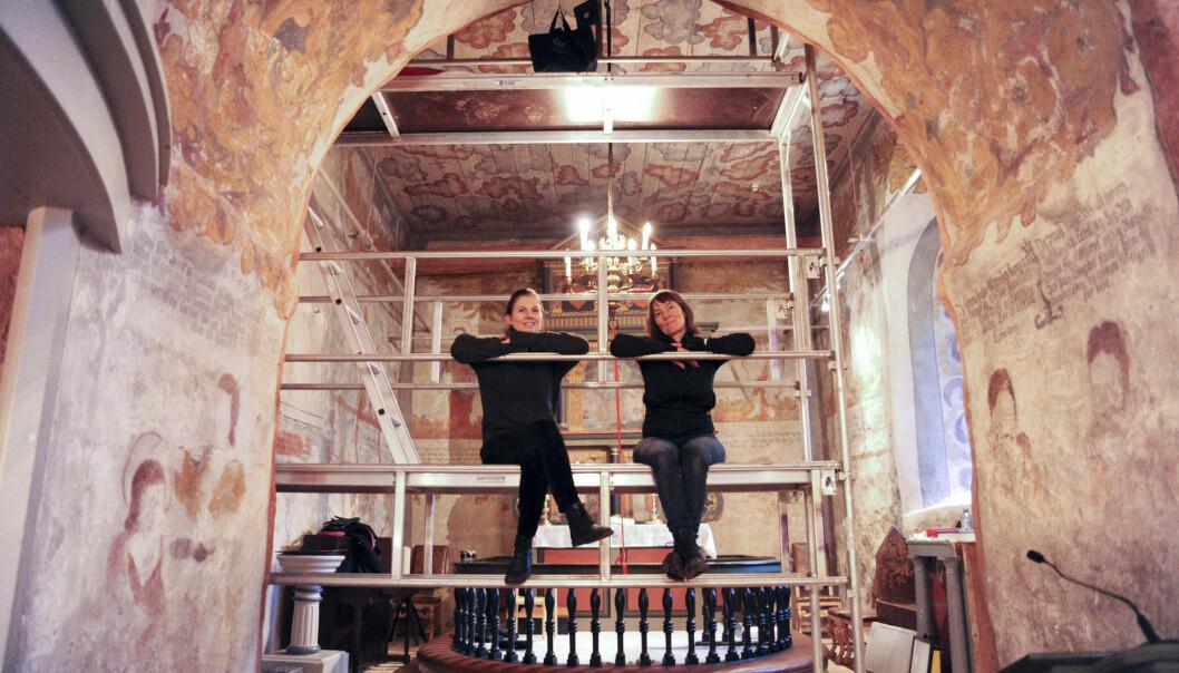 Elisabeth Andersen (t. v.) og Susanne Kaun er forskerduoen bak den oppsiktsvekkende avsløringen. Her under feltarbeidet i Sauherad kirke.