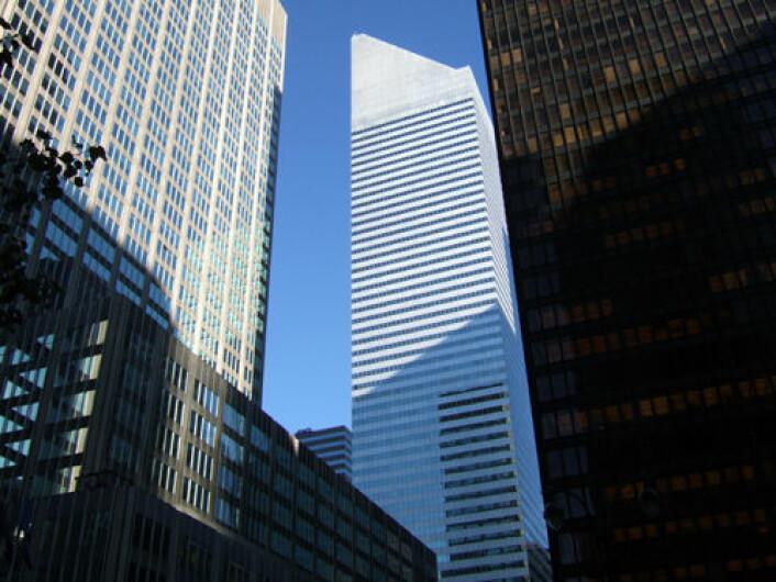 Statlige investeringsfond fra Abu Dhabi og Singapore gikk i 2007 og 2008 inn med til sammen over 14 milliarder dollar i det amerikanske finanskonsernet Citygroup. Resultatet ble betydelige tap, målt etter verdien av investeringene ved utgangen av mars i år. Bildet viser Citygroup Center på Manhattan. (Foto: Wikimedia Commons)