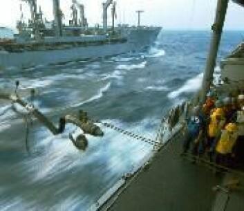 """"""" I ruskevær kan etterfylling av drivstoff til havs være litt av en risikosport. (Foto: Seaman Marc Rockwell-Pate, U.S.Navy)"""""""
