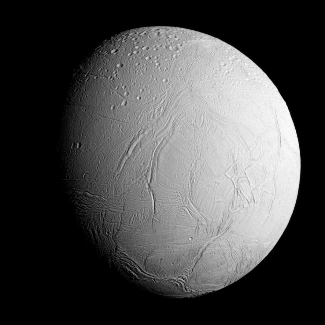 Saturns måne Enceladus. Hva er det gjemmer seg under isen?