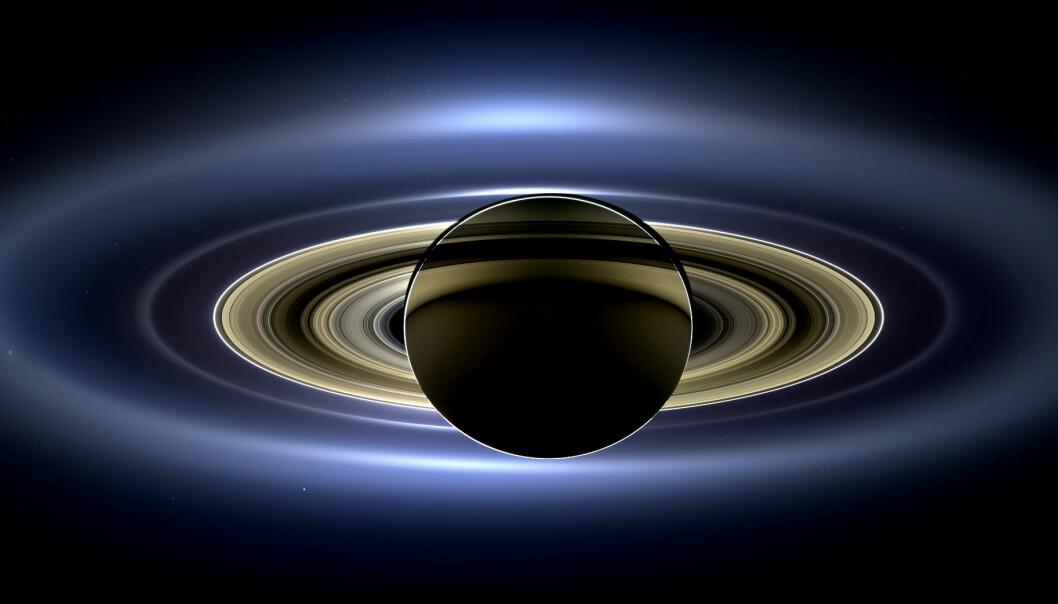 Dette er Saturns ringer, sett av Cassini fra flere millioner kilometer unna. Solen er rett bak Saturn, så ringene lyses opp av sollyset.