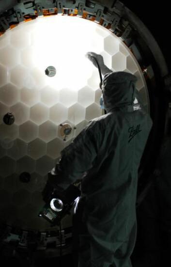 """""""Her inspiseres Keplers hovedspeil før oppskytningen tidligere i år. (Foto: NASA/Ball Aerospace)"""""""