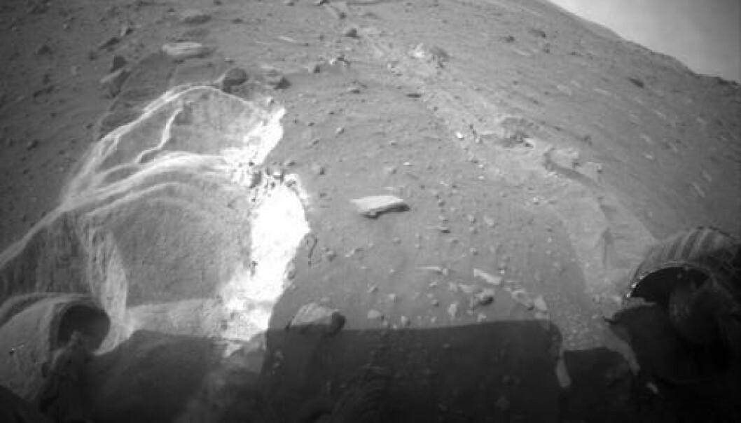 Det er ikke så lett å klatre oppover i løs sand. Hvis Spirit ikke klarer å komme seg opp av sandgropa innen vinteren, kan den dø. I mellomtida har den funnet noe interessant... (Foto: NASA)