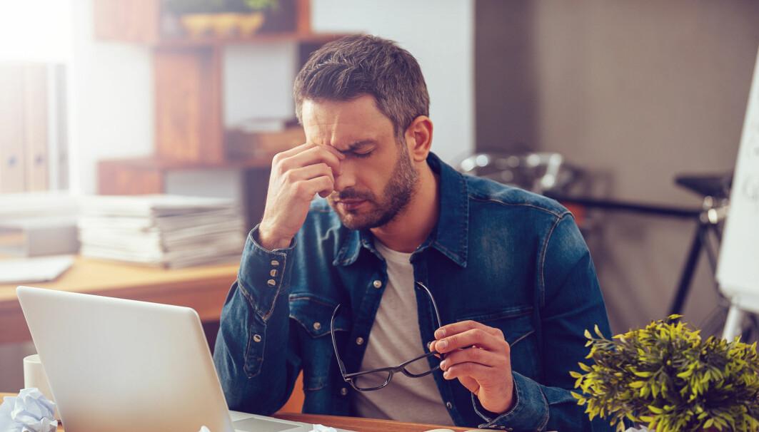 Mange med ADHD sliter med å holde oppe oppmerksomheten når oppgavene oppleves kjedelige. Mange lar seg lett distrahere, er glemsomme, mister ting og skifter ofte fra en aktivitet til en annen, uten å gjøre noe ferdig, ifølge helsenorge.no.