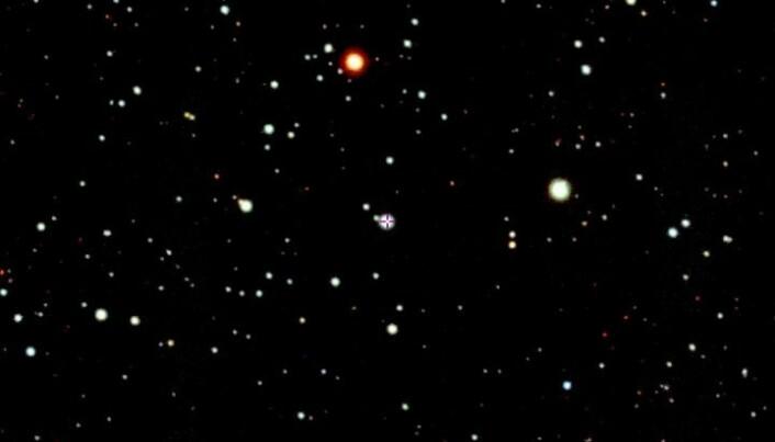 Stjernen SMSS J200322.54-114203.3 er i midten og merket med et kryss.