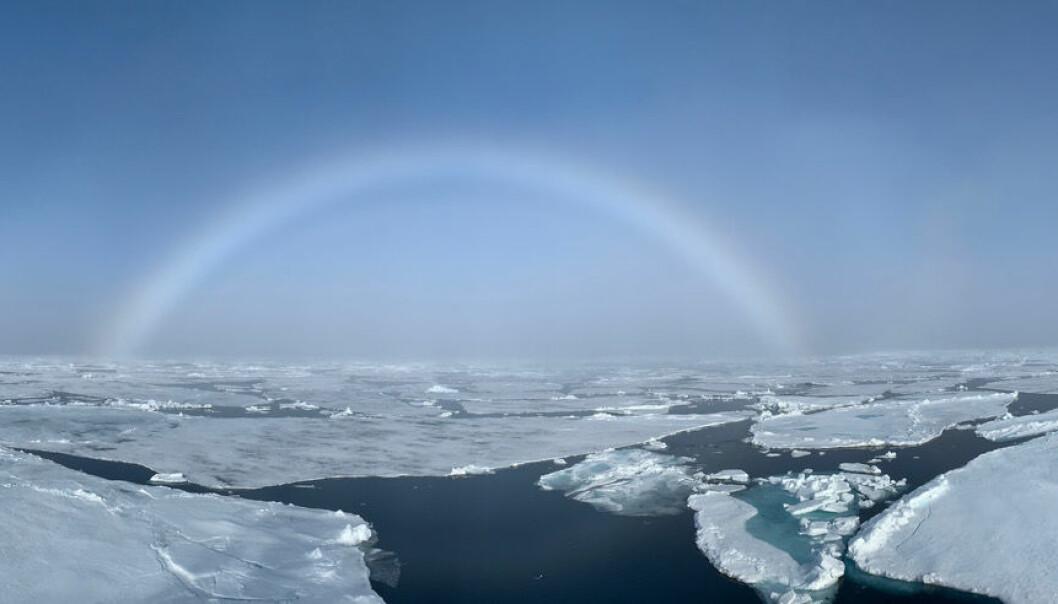 En tåkebue viser vei gjennom isen.