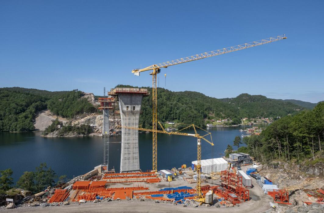 Det bygges mye nytt i Norge. Her bygger de fire felts motorvei mellom Kristiansand og Mandal, som innebærer en bru. Utslippene fra asfalt, utsprenging og store og tunge kjøretøy er høye, ifølge forsker.