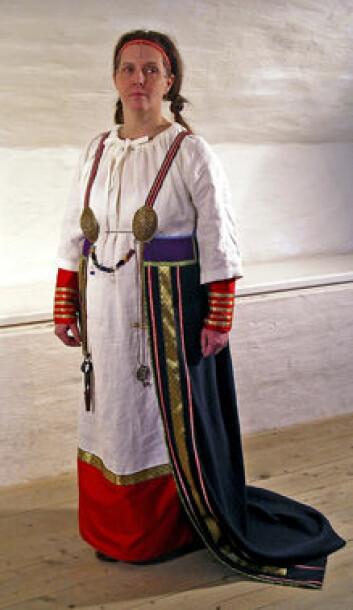 """""""Vikingkvinnene hadde drakter med bare ett kjolestykke med slep bak, mens underkjolen syntes foran. Denne habitten er utstilt på Museum Gustavianum ved Uppsala universitet. Her vises den fram av Anna Lövgren, som også har sydd drakten."""""""