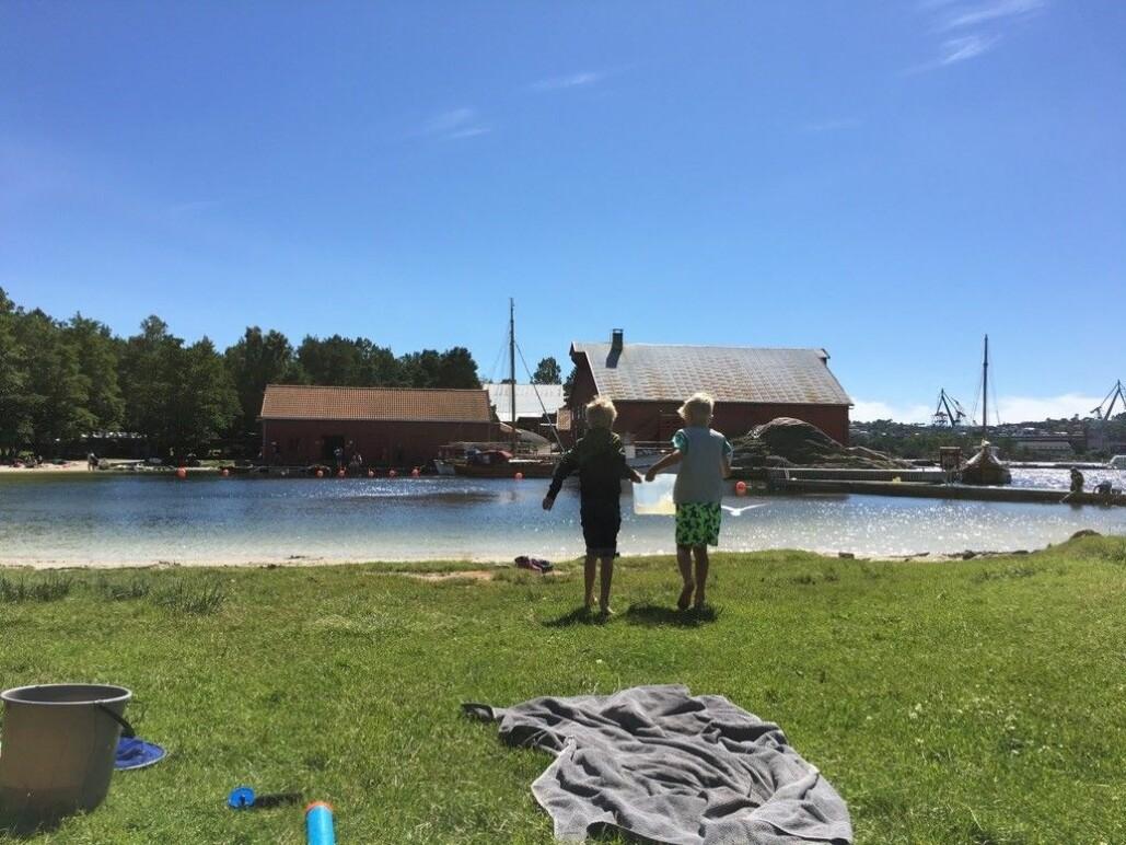 Tom Abrahamsen og Adrian Myhre på Bragdøya i Kristiansand skifter ut vannet til krabbene.