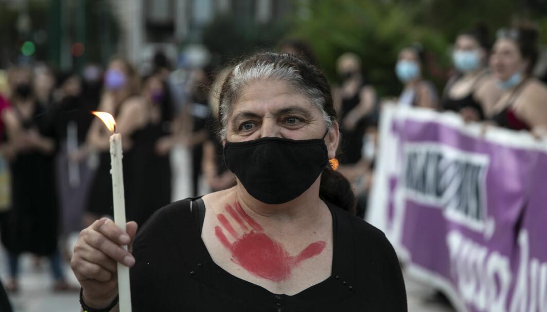 Flere europeiske land opplever mer dødelig vold mot kvinner etter at myndighetene har lettet på strenge koronatiltak og gjenåpnet samfunnet. Denne kvinnen protesterer mot drapet på 20 år gamle Caroline Crouch i Aten, som ektemannen er tiltalt for.