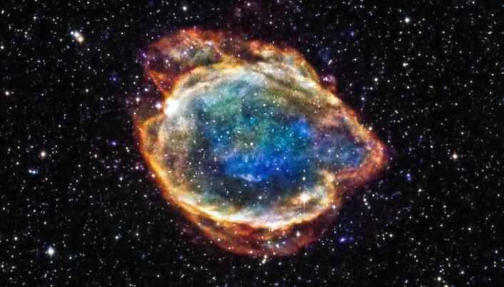 Her ser du restene etter en supernova som ble til nettopp ved at en hvit dverg sugde til seg stoff fra en annen stjerne. Nå er det bare en sky av støv igjen. Astronomene kaller skyen G299.
