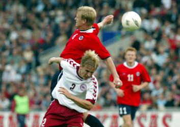 Sist Norge møtte Danmark i en fotballkamp som betydde noe, ble det tap 1-0 i Parken i København. På bildet ser du Steffen Iversen i kamp med Christian Poulsen, i hjemmemøtet i 2002, som endte 2-2. I mars 2011 kan det bli gjensyn mellom Poulsen og Iversen, da Norge igjen møter Danmark i EM-kval. (Foto: Terje Bendiksby/SCANPIX)