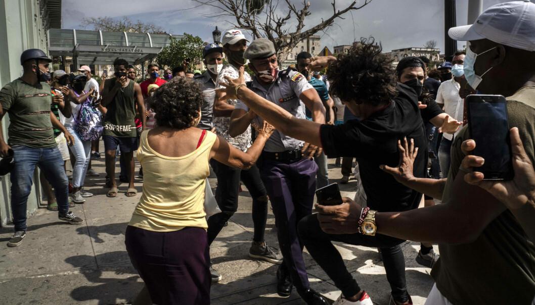 Politiet arresterer en demonstrant under protestene i Havanna 11. juli. Hundrevis av demonstranter tok til gatene i flere byer på Cuba for å protestere mot matmangel og høye priser.