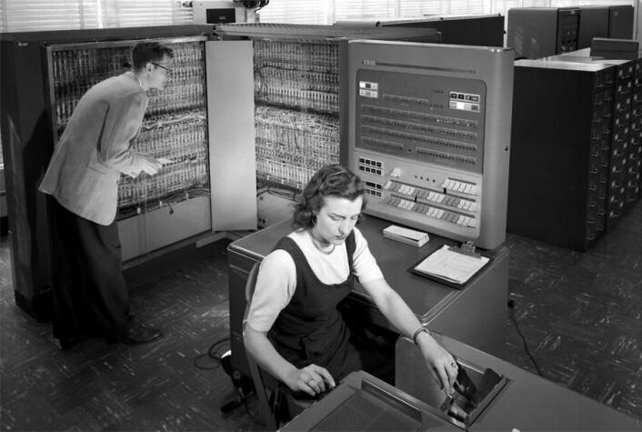 En IBM 704 ble brukt til å lage verdens første digitale musikk-app. (Foto: NASA)