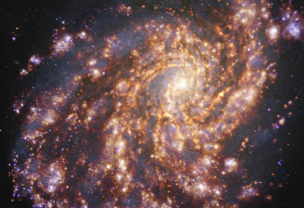Ved å kombinere data fra to store teleskoper kartlegger forskere stjernedannelse i galakser.