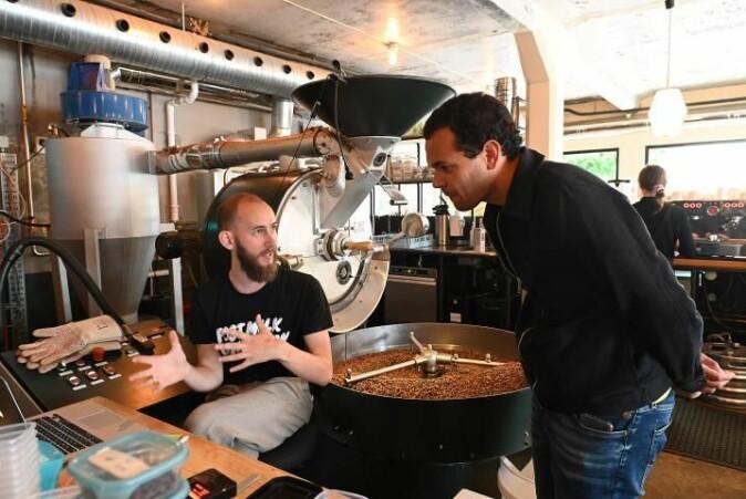 Lysbrent kaffe er en skandinavisk spesialitet. Ludvik Bonna Hopstock hos Fuglen forklarer Marcel Moura hvordan han går fram under brenningen.
