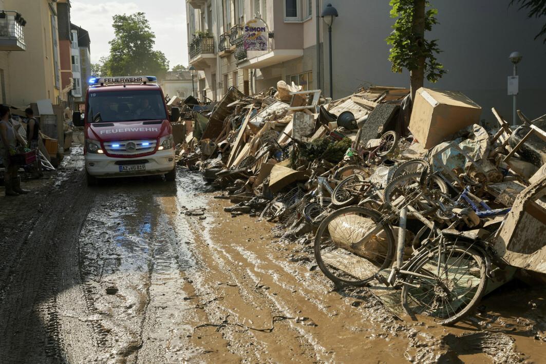 En trang gate i Bad Neuenahr ble til en frådende foss som rev med seg alt.