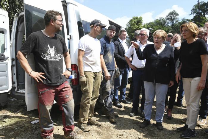 Statsminister Angela Merkel sa at det tyske språk ikke har ord som kan beskrive de ødeleggelsene hun fikk se.