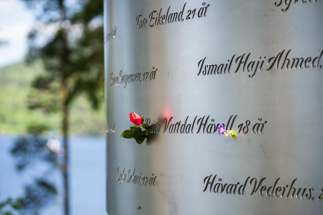 – De så venner dø. Det er en grunn til at angrepet skiller seg fra andre traumatiske hendelser for de overlevende, sier forskningsleder Grete Dyb ved NKVTS. Blldet viser minnesmerket i Lysningen med de inngraverte navnene til de 69 menneskene som ble drept i terrorangrepet på Utøya den 22. juli 2011.