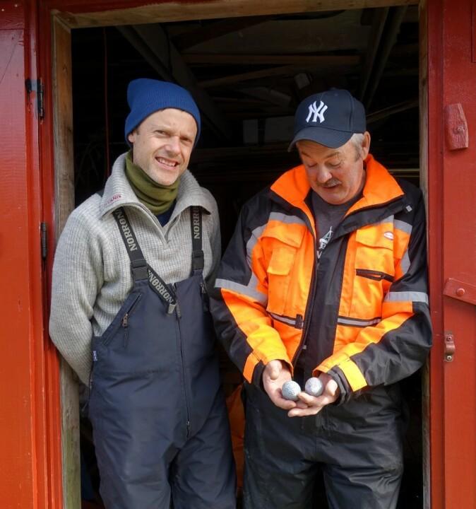 NIBIO-forsker Thomas Holm Carlsen og ærfuglrøkter Eivind Hansen.