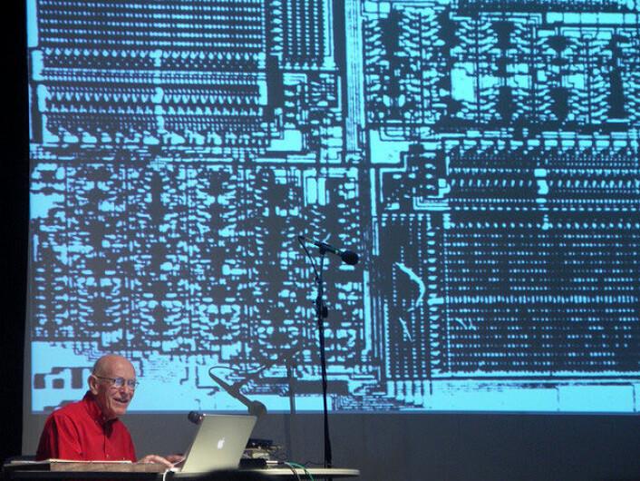 Fra et foredrag hvor Max Mathews forteller om alle datamaskinene han har brukt opp gjennom årene.(Foto: Kham (Flickr))