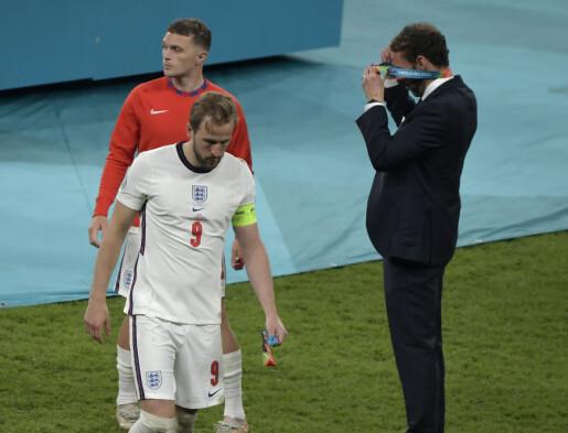 Respektløst og lite klokt da de engelske spillerne tok av seg sølvmedaljen under fotball-EM