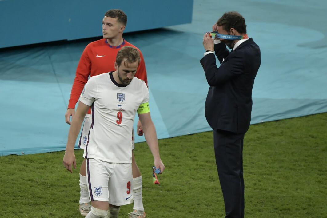 Her tar Englands trener, Gareth Southgate, av seg sin medalje. Spillerne Kieran Trippier and Harry Kane ser ut til å kjenne på skuffelsen over tapet mot Italia i EM-finalen i fotball.