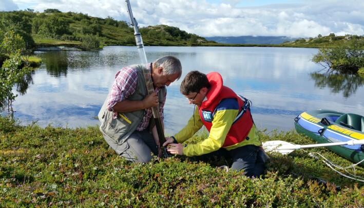 Antony G. Brown og Peter Heintzman tar prøver av innsjøsedimenter fra Nesservatnet i Alta.