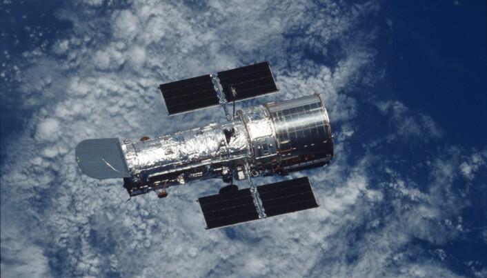 Romteleskopet Hubble over jorden etter at astronauter fra romferga Columbia utførte reparasjoner på teleskopet i 2002.