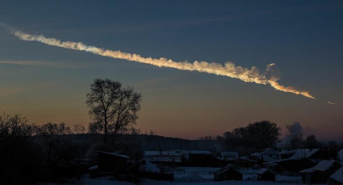 Røyksporet etter Tsjeljabinsk-meteoren i 2013.