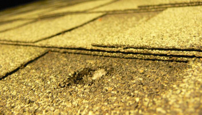 Et lite krater på et hustak i California. Et fragment på 62 gram slo inn i taket i 2012.