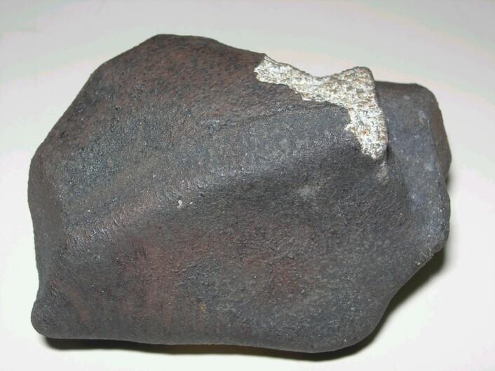 Et eksempel på et meteoritt-fragment som overlevde turen ned til jordoverflaten. Denne veier noen hundre gram og ble funnet i Brasil på 1970-tallet.