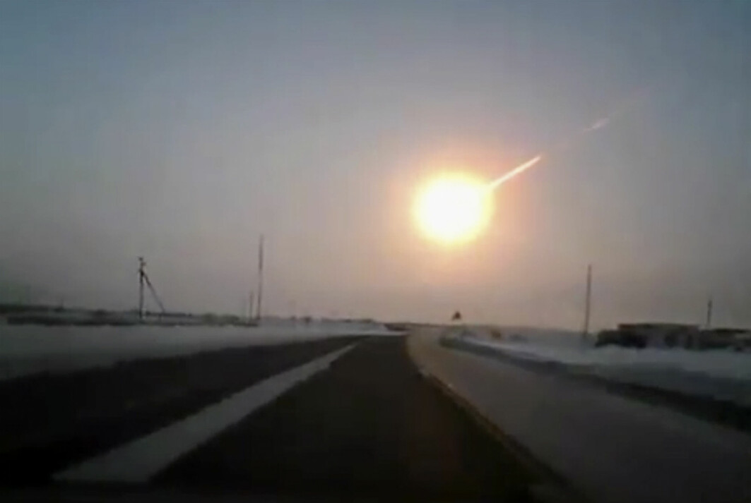 Bildet viser Tsjeljabinsk-meteoriden som styrtet ned mot Russland i 2013. Den eksploderte 30-50 kilometer over bakken.