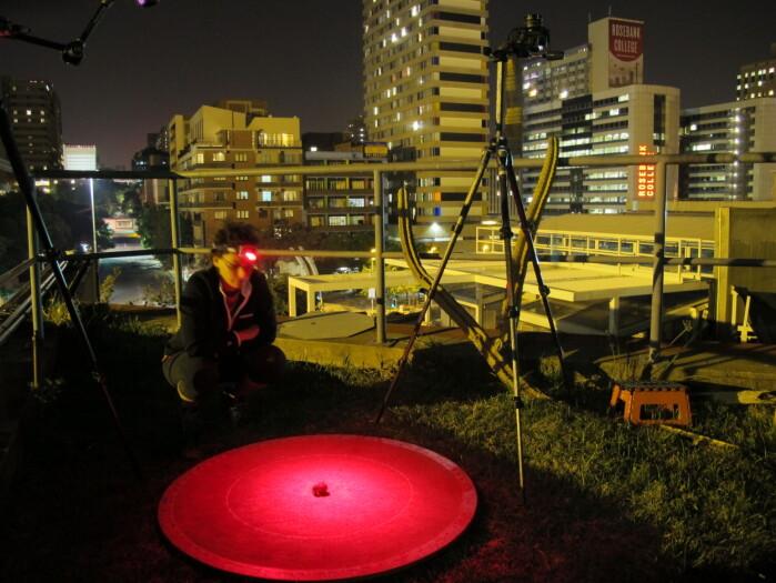 Her sitter en av forskerne på et tak i Johannesburg mens en møkkabille prøver å orientere seg.