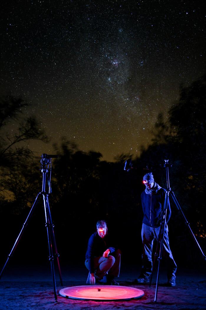 Her er forskerne midt i ødemarka, og her kan møkkabilla tydelig se stjernene på nattehimmelen.