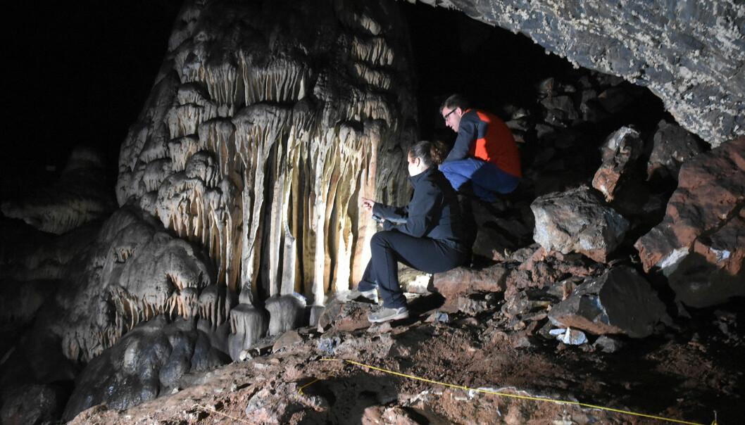 Forskerne ser på den rødmalte formasjonen i Cueva de Ardales i Spania.