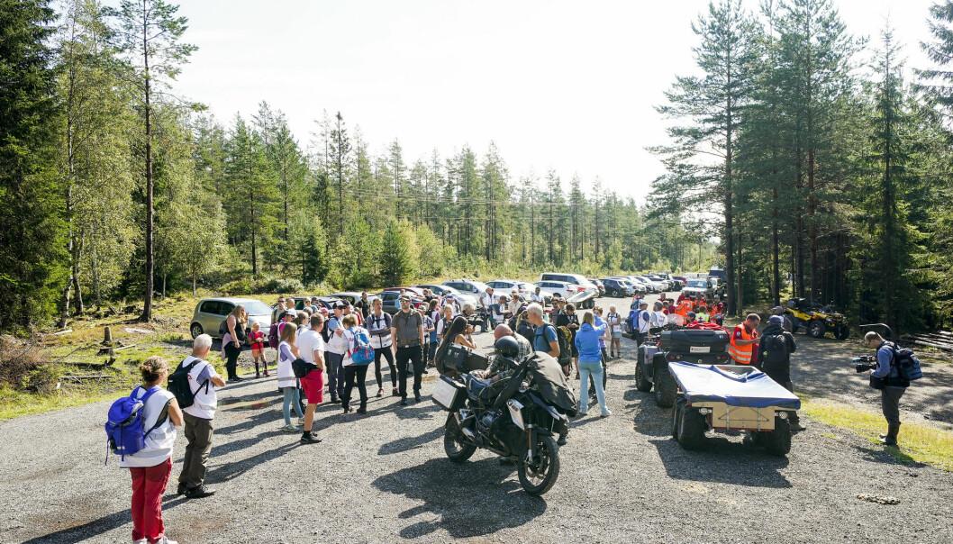 Et sted mellom 70 og 80 mennesker deltok fredag i det systematiske søket etter meteoritten i Finnemarka i Lier kommune.