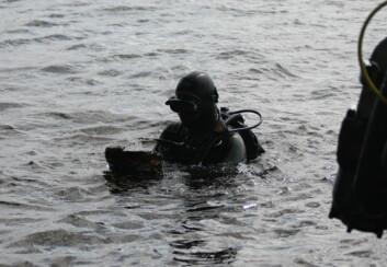 Dykkere undersøker havbunnen i nærheten av høydene for å finne spor og levninger etter falne, norske frontkjempere. (Foto: Kaprolat-komiteen)