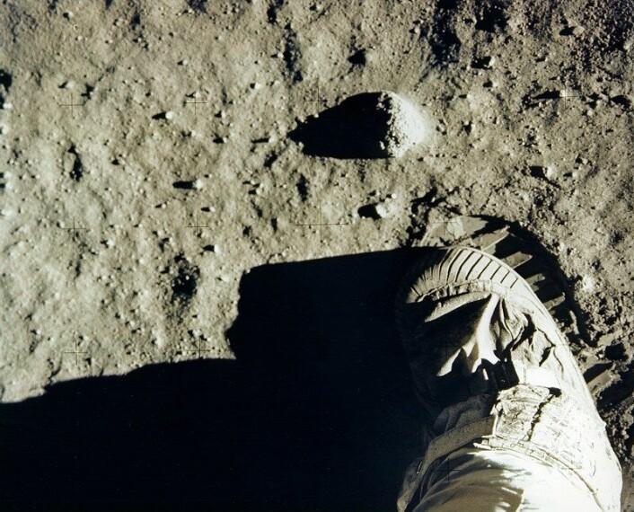 Buzz Aldrins fot og fotspor på månen. (Foto: NASA)